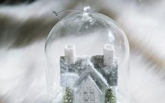 Coincasa stakleno zvono sa kućicom u snegu. Zarobljeni trenutak snežne idile.