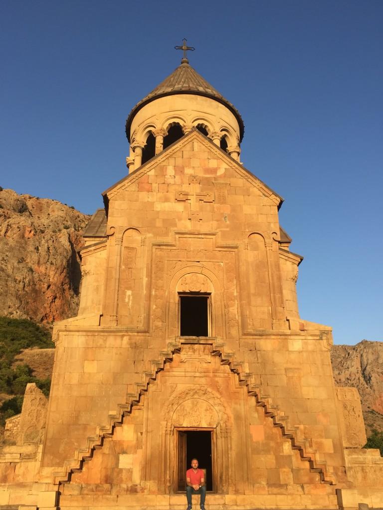 ja ispred manastira noravank
