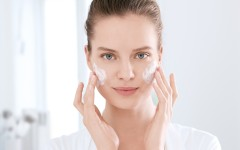 ECN_17411_DermoPure_woman_cleans_face_foam_PR_4c_Print (300 dpi)